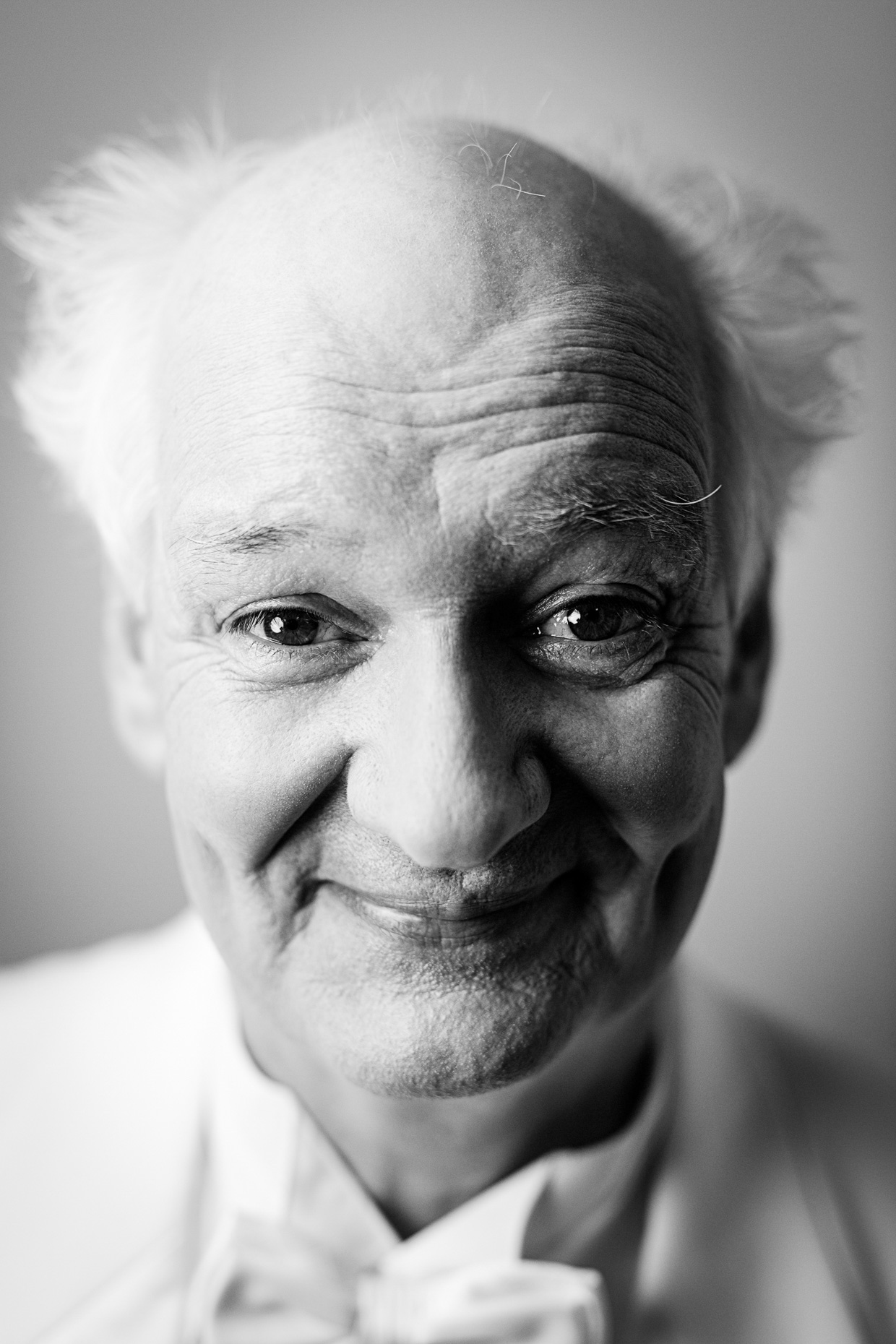 B&W editorial portrait of Improv performer Colin Mochrie in a white tuxedo by Andy Batt